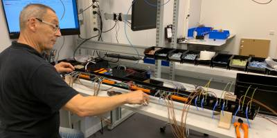 Schleifenbauer investiert in neue Montagelinie für Rack-PDUs in Kleinserie.